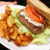 Domowy wołowy burger z szybkimi ziemniaczkami