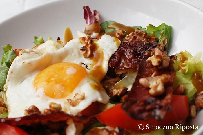 Sałata z jajkiem sadzonym, prażonym orzechami i chrupiącym boczkiem