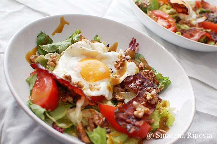 Sałata z jajkiem sadzonym, prażonym orzechami włoskimi i chrupiącym boczkiem