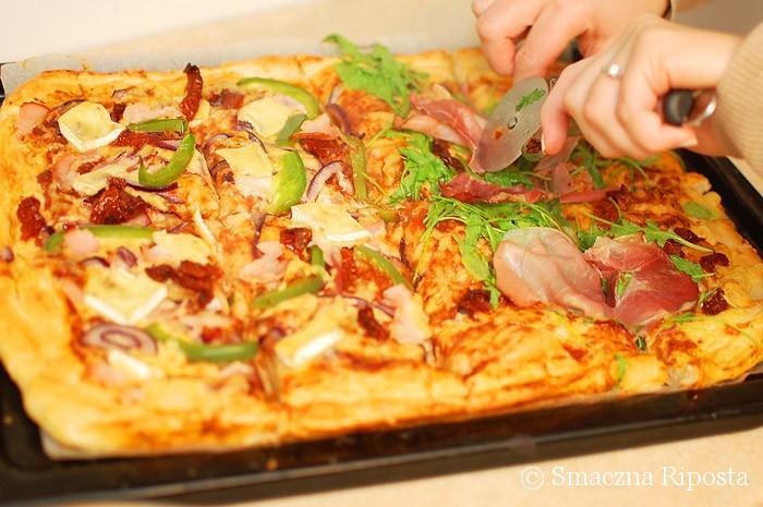 Pizza pół na pół: rukola, szynka szwarcwaldzka kontra brie, schab i papryka
