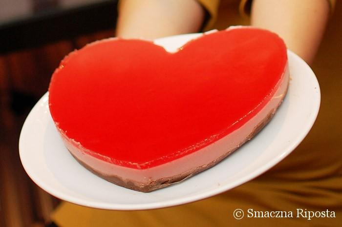 Truskawkowy sernik na zimno na orzechowo-czekoladowym spodzie
