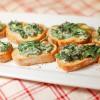 Crostini ze szpinakiem i serem pleśniowym