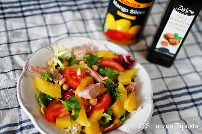 Sałata z mango, wędzonym kurczakiem i ciecierzycą z sosem majonezowym z kolendrą