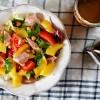 Sałata z mango, wędzonym kurczakiem i ciecierzycą podana z sosem majonezowym z kolendrą