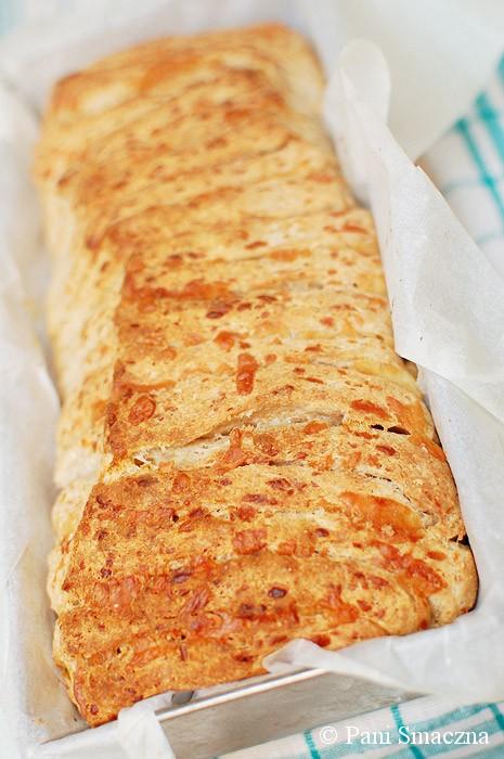 Pyszny chleb do odrywania z cheddarem