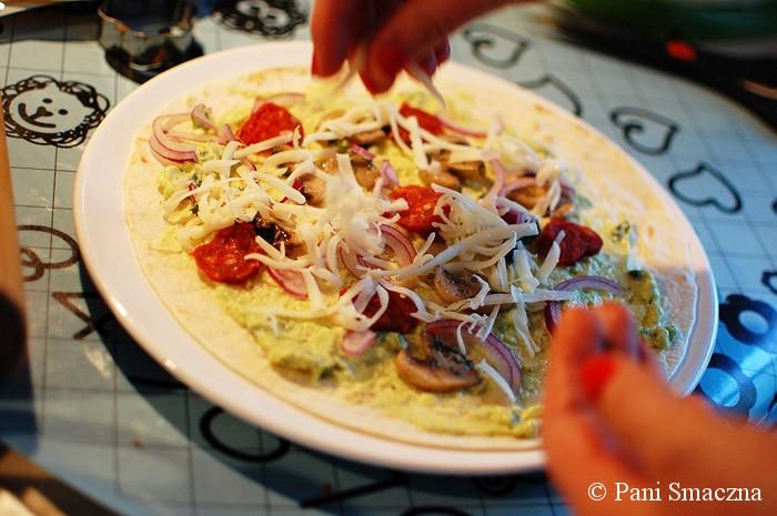 Quesadilla z pieczarkami, chorizo i sosem z awokado