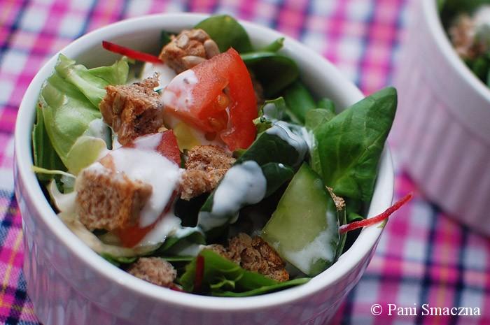 Pyszny miks sałat z lekkim sosem jogurtowo-czosnkowym