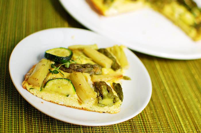 Frittata z zielonymi szparagami i cukinią