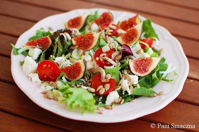 Sałata z figami, pomidorkami koktajlowymi i słonecznikiem