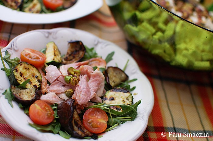 Sałata z grillowanym bakłażanem i cukinią oraz z wędzonym kurczakiem