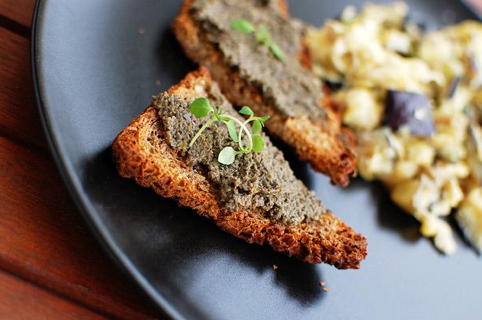 Tapenada z czarnych oliwek i jajecznica z bakłażanem