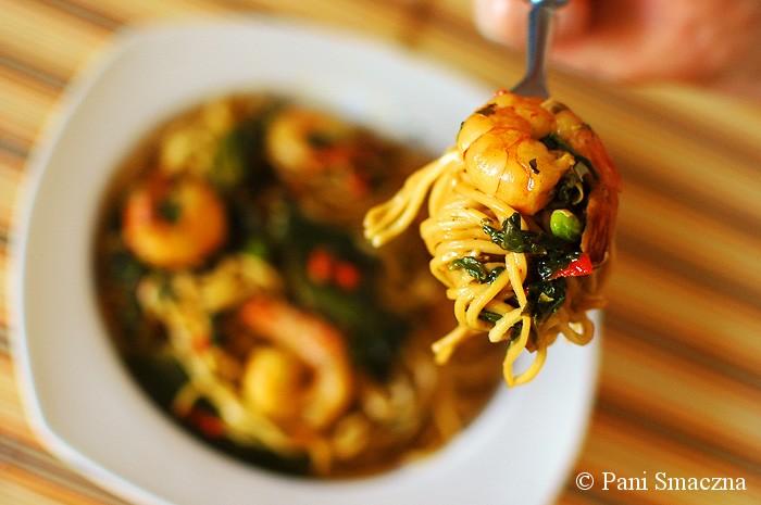 Makaron chow mein z krewetkami i szpinakiem