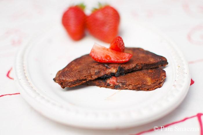 Orkiszowe placuszki czekoladowo - serowe z sosem truskawkowo - bananowym