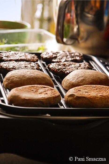 Wołowe burgery z rukolą i karmelizowaną cebulą w pełnoziarnistej bułce