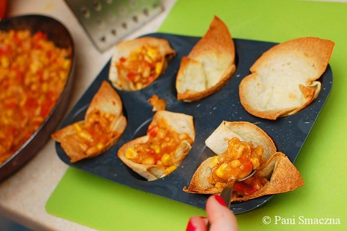 Miseczki z tortilli z nadzieniem mięsno-warzywnym