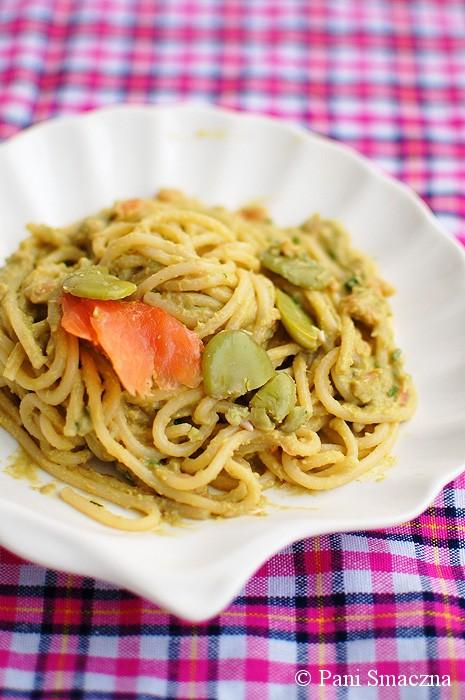Pesto z bobu z wędzonym łososiem