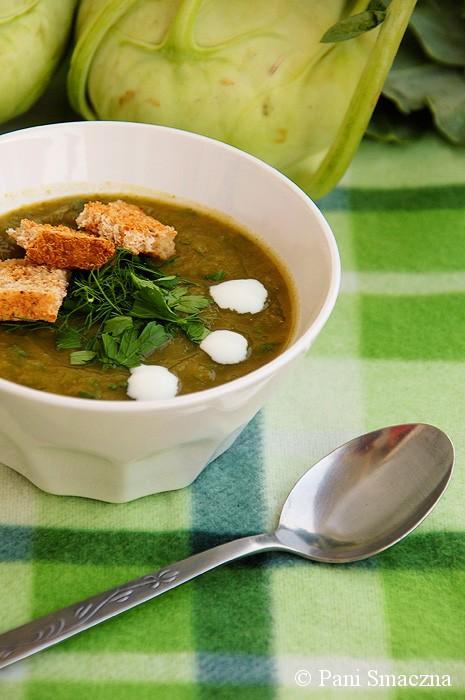 Ziołowa zupa krem z kalarepy z grzankami graham
