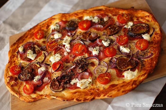 Pizza na cienkim spodzie z kindziukiem, świeżymi figami i kozim serem