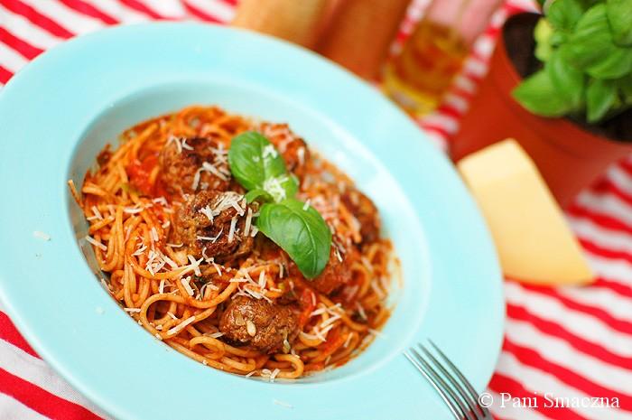 Makaron z grillowanymi klopsikami po włosku w sosie pomidorowym z winem