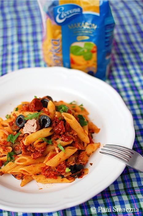 Penne z pomidorami, tuńczykiem i oliwkami