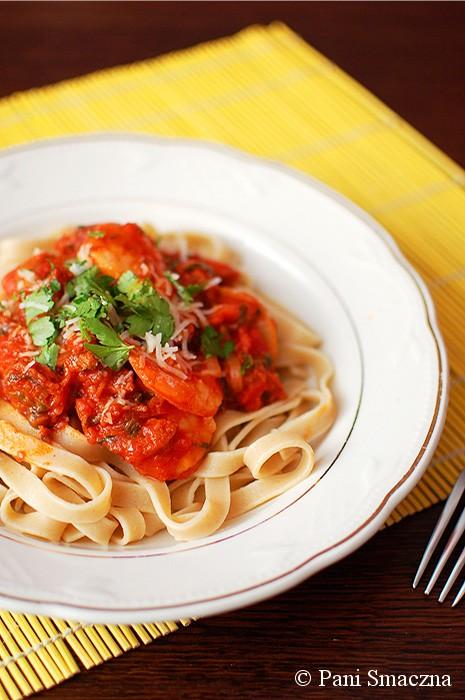 Pomidorowe tagliatelle z chorizo i krewetami