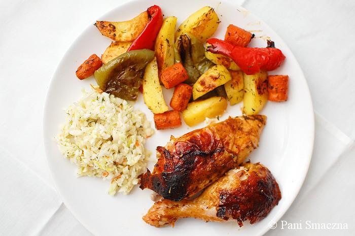 Piwny kurczak pieczony na butelce z warzywami