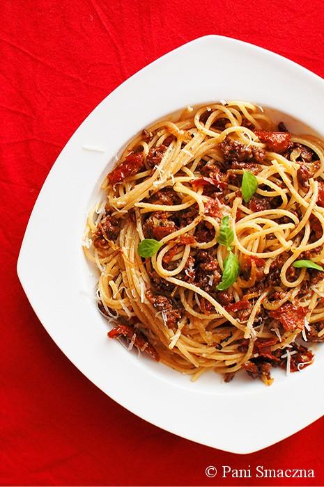 Spaghetti z wołowiną i suszonymi pomidorami