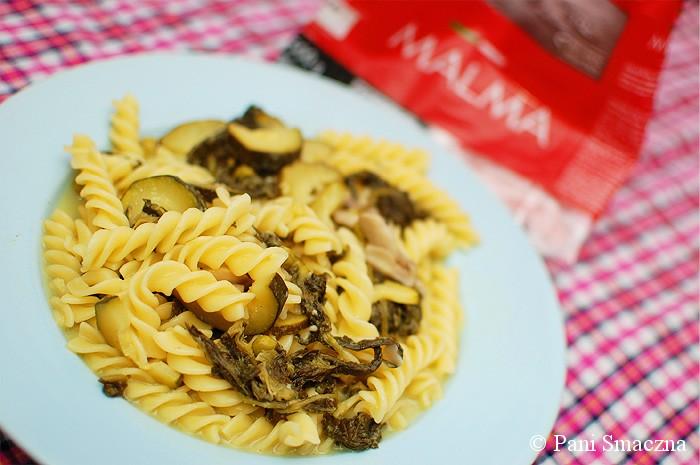 Makaron ze szpinakiem, gorgonzolą, cukinią i pieczarkami