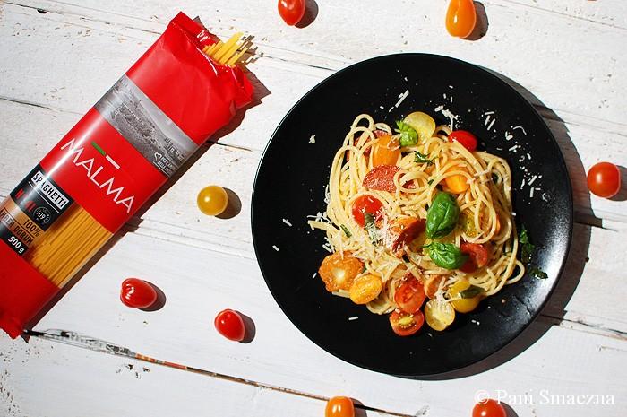 Spaghetti z kolorowymi pomidorkami, Grana Padano i chipsami z salami