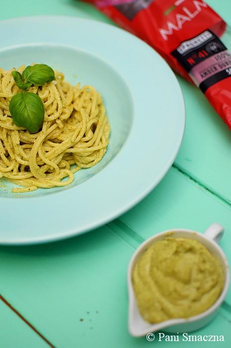 Spaghetti z kremem orzechowo – bazyliowym z kozim twarożkiem