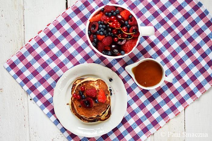 Placuszki ricotta z owocami jagodowymi i czereśnią
