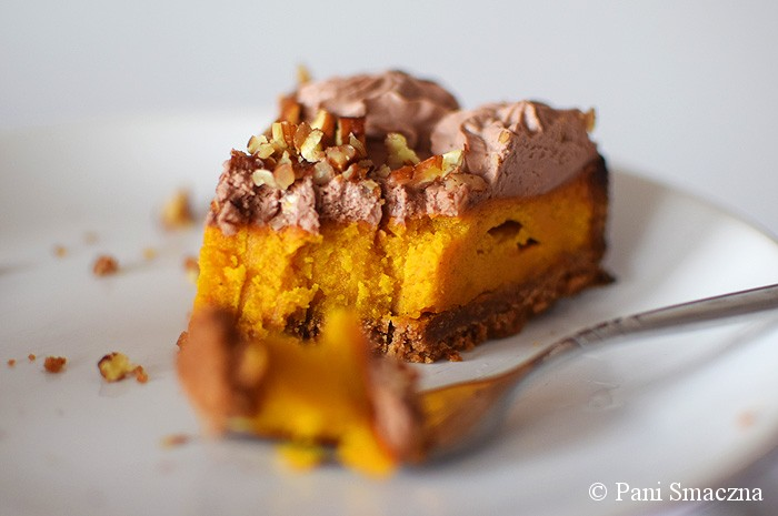 Paj dyniowo - mleczny z czekoladową śmietanką i pekanami
