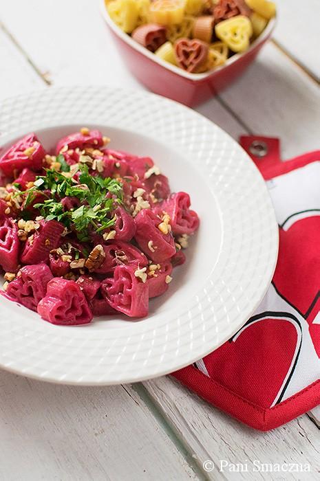 Walentynkowy makaron w kremowym sosie buraczanym z winem