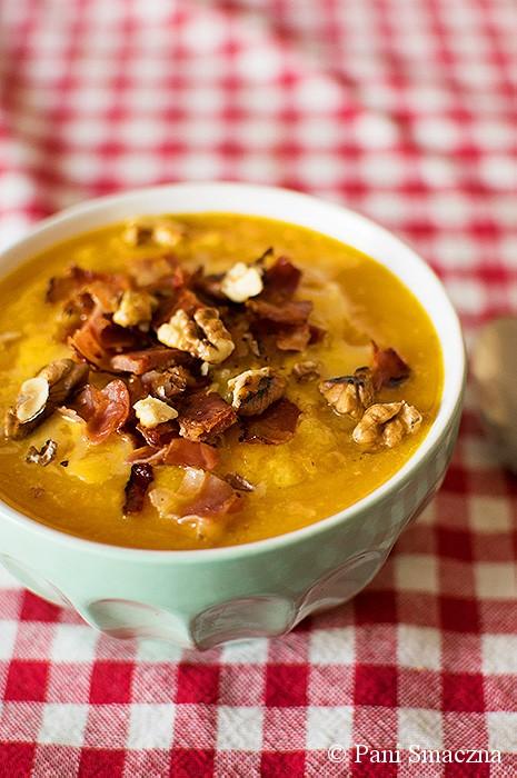 Zupa dyniowo-kalafiorowa z szynką szwarcwaldzką i orzechami