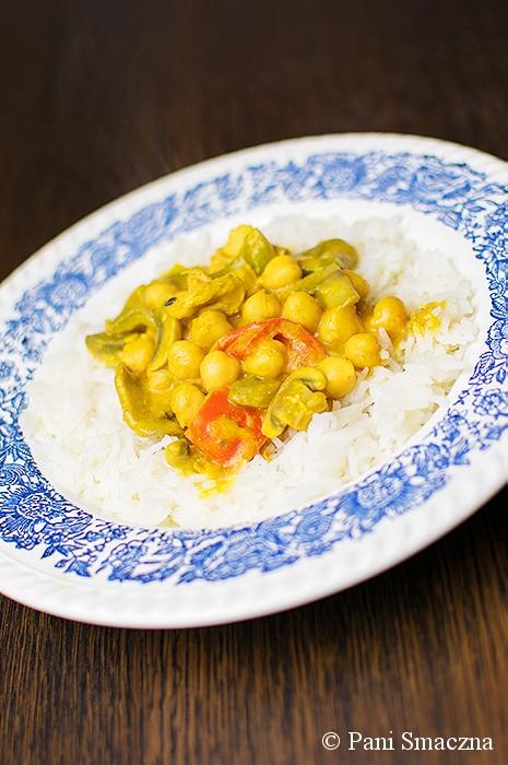 Curry dyniowe z kurczakiem, ciecierzycą i papryką