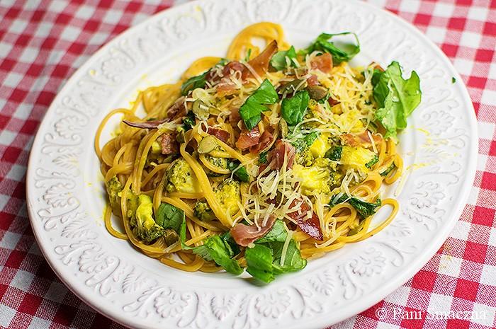 Spaghetti z sosem dyniowo-kozim , szynką szwarcwaldzką, brokułami i chrupiącymi pestkami