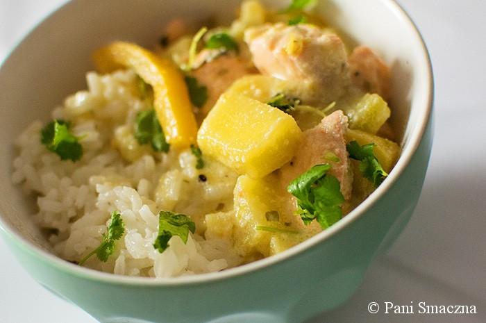 Kokosowe curry z łososiem, mango i kiwi