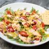 Rukolowa sałata z wędzonym łososiem i dressingiem musztardowo-miodowym