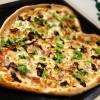 Pizza góralska na sosie śmietanowym z grzybami, oscypkiem i wędzonym kurczakiem