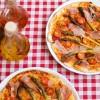 Pizza na cienkim spodzie z zielonymi szparagami, szynką szwarcwaldzką i pomidorkami cherry