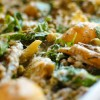 Zapiekanka z młodych ziemniaków ze szparagami, rukolą i groszkiem cukrowym