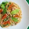 Spaghetti z figami, boczkiem i rukolą