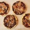 Tartaletki z karmelizowaną czerwoną cebulą, selerem naciowym i marchewką