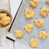 Ciasteczka bez pieczenia z marshmallows, białą czekoladą i masłem orzechowym