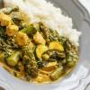 Curry z kurczakiem, szpinakiem i szparagami